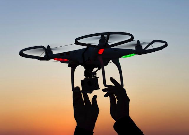 Ketika 100 drone yang dilengkapi LED terbang dengan indah