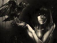 La mujer cuervo en la oscuridad despliega su negra sombra
