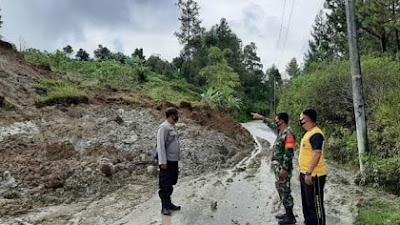 Tanggap Bencana, Personil Polres Samosir Bersihkan Material Longsor di Jalan Sidihoni