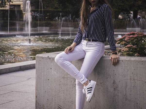 346. Stylizacja: białe spodnie, koszula i superstary