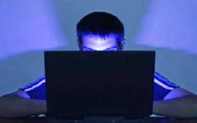 مغترب يسأل عن حكم الاستمناء بمشاهدة الزوجة عن طريق الإنترنت.