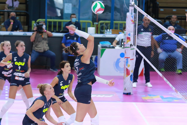 Rosamaria em movimento de ataque no duelo entre Casalmaggiore e Firenze pela Supercopa italiana de vôlei feminino