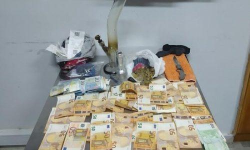 Η μεθοδική έρευνα και οι συντονισμένες ενέργειες των αστυνομικών του Τμήματος Ασφάλειας Άρτας οδήγησαν στην άμεση εξιχνίαση κλοπής χρηματικού ποσού από επιχείρηση και στη σύλληψη δύο ημεδαπών, που κατηγορούνται για κλοπή και παραβάσεις περί ναρκωτικών και όπλων.