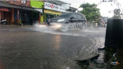 Bahaya Yang Mengintai Ban Mobil Pada Saat Melewati Hujan