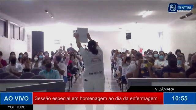 Aglomeração de enfermeiros na Câmara de Itapetinga