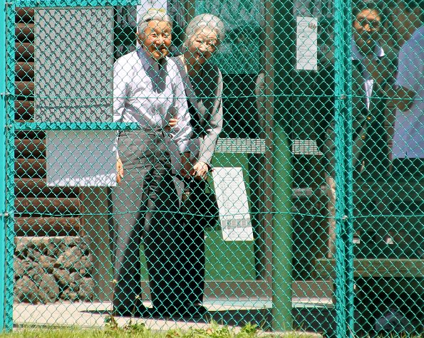 Emperor Akihito and Empress Michiko visited a tennis court in Karuizawa. They met for the first time on the holiday