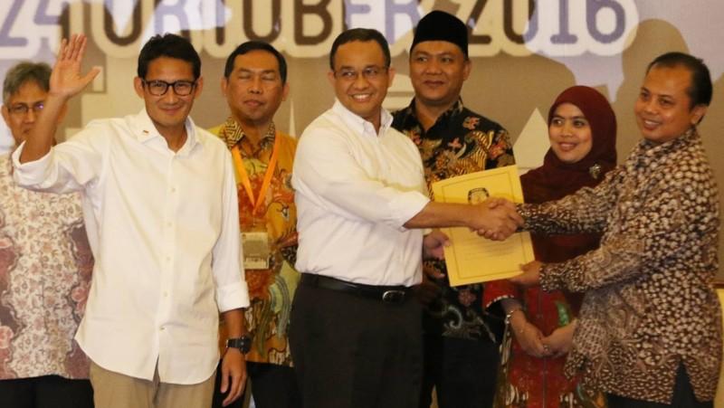 Anies Baswedan dan Sandiaga Uno menerima berkas penetepan Cagub dan Cawagub DKI Jakarta dari Ketua KPUD DKI Sumarno