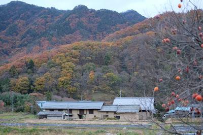 生坂村の古民家カフェ・ひとつ石の建物と紅葉