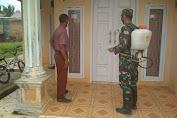 Cegah Covid-19, Anggota Babinsa Koramil 08/Tabir Semprot Disinfektan Di Rumah Warga