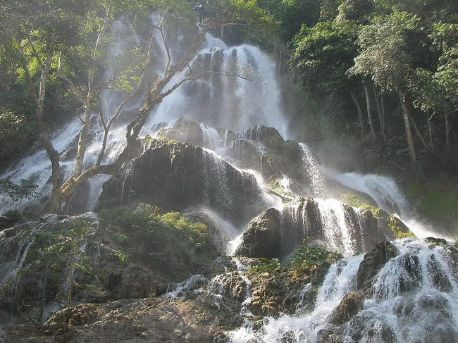 Xvlor.com Manupeu Tanah Daru National Park explores waterfalls on island of savannas