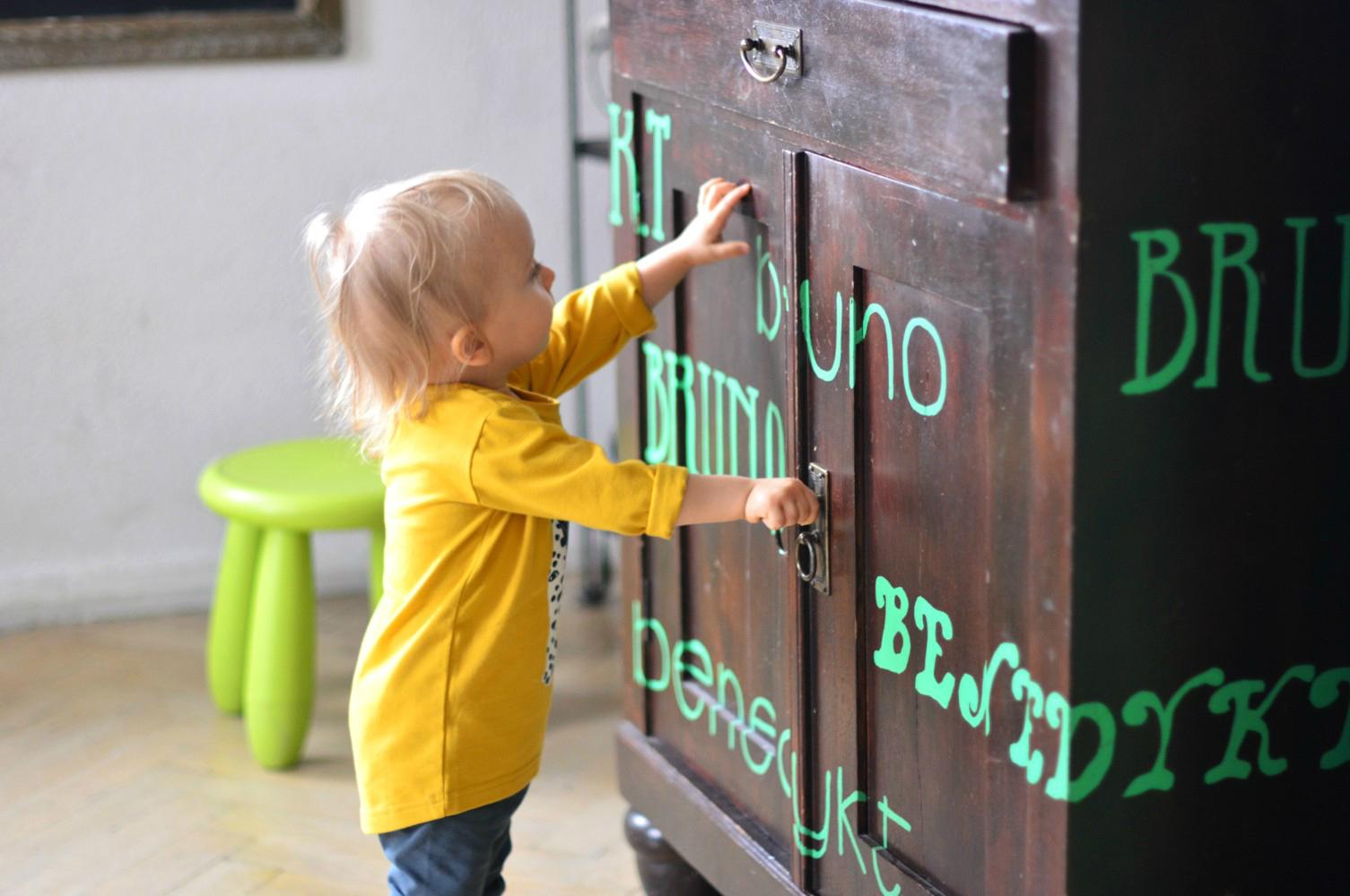 szafy w pokoju chłopców - pomysł na wykorzystanie farby i szablonu