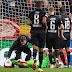 Goleiro Kevin Trapp é atingido por sinalizador em vitória do Eintracht Frankfurt na Liga Europa