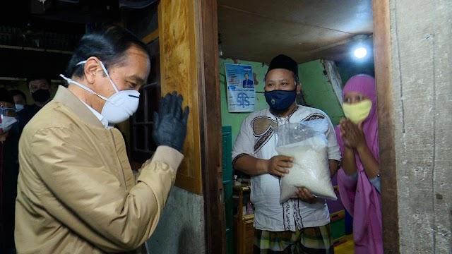 Presiden Jokowi Blusukan ke Rumah Warga Bagikan Sembako