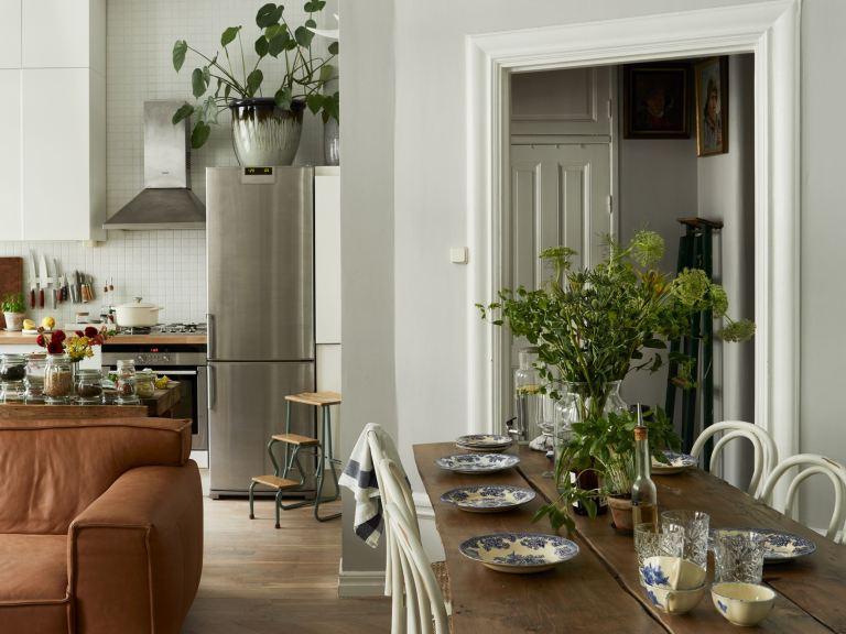 Cocina abierta al salón con mobiliario moderno y detalles vintagel