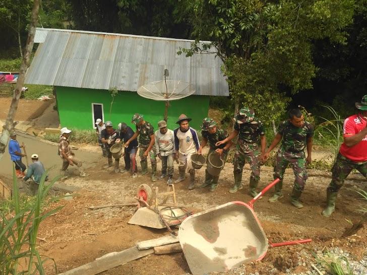 Dan Satgas TMMD Ke 104  Letkol Inf Gambuh Sri Karyanto Dandim 0417/Kerinci dan Anggota Satgas bantu warga pengecoran Jalan Setapak