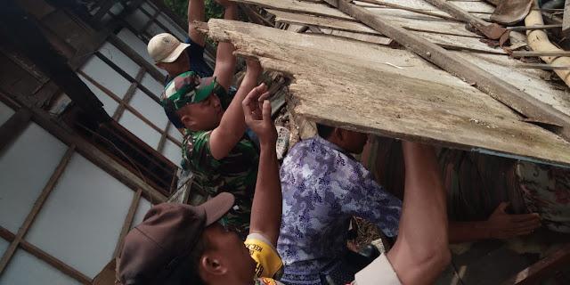 Babinsa Sidorejo Berjibaku Bantu Rumah Warga Yang Roboh