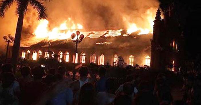 Nhà thờ cổ hơn 100 tuổi ở Nam Định bốc cháy trong đêm