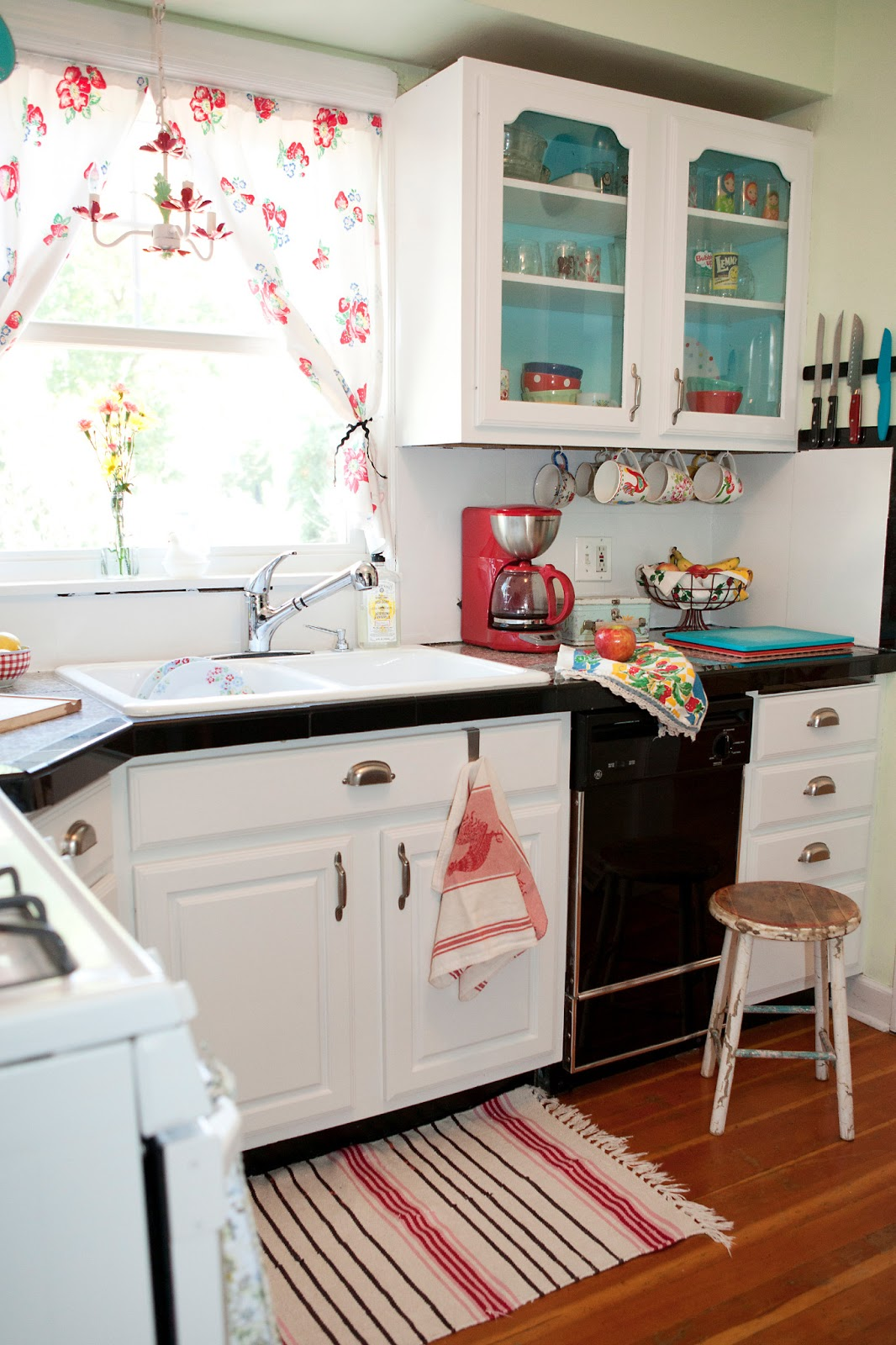 A sort of fairytale budget cottage kitchen for Small retro kitchen