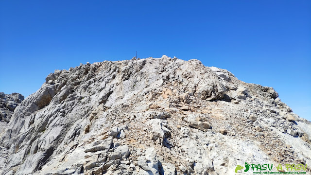 Llegando a la cima de la Párdida, Cabrales, Asturias