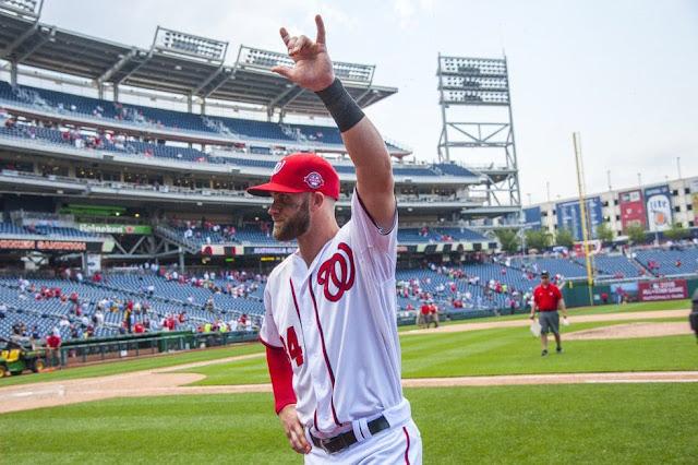 El jugador profesional de béisbol Bryce Harper dice I Love You (ILY) en lengua de signos americana (ASL)