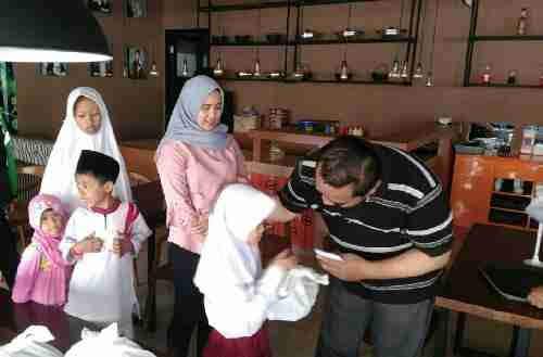 Giat Santunan Anak Yatim Oleh Cafe Teras Surabi