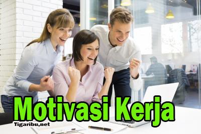 Pengertian Motivasi Kerja    Motivasi (motivation) berasal dari bahasa latin, yaitu movere yang memiliki arti dorongan ataupun menggerakkan. Motivasi dalam sebuah manajemen hanya diberikan pada sumber daya manusia (SDM) yang pada umumnya merupakan bawahan (karyawan).    Motivasi kerja merumuskan bagaimana cara untuk mengarahkan setiap daya dan potensi setiap bawahan supaya mampu bekerja dalam bentuk tim secara produktif dan berhasil untuk mencapai setiap tujuan yang telah ditentukan oleh pimpinan pada suatu perusahaan.    Berikut penjelasan dari pengertian motivasi kerja menurut beberapa ahli :   1. Merihot    Menurut Merihot, motivasi kerja merupakan beberapa faktor yang dapat mengarahkan atau mendorong perilaku suatu individu untuk melakukan aktivitas yang dapat dinyatakan dalam suatu usaha yang keras.    2. Robert L.Mathis     Robert L.Mathis menyebutkan motivasi kerja sebagai hasrat di dalam seseorang yang menyebabkan orang tersebut melakukan tindakan bekerja melakukan sesuatu.    3. Rivai    Menurut Rivai, pengertian dari motivasi kerja adalah serangkaian sikap dan beberapa nilai yang dapat mempengaruhi suatu individu untuk mencapai hal-hal yang spesifik sesuai dengan tujuan dari individu tersebut.    Berdasarkan ketiga pengertian dari beberapa ahli tersebut dapat disimpulkan bahwa motivasi kerja adalah dorongan suatu individu untuk melakukan tindakan karena individu tersebut ingin melakukannya untuk mencapai tujuan yang diinginkan.    Jenis pencapain tujuan yang dimaksud dari penjelasan tersebut dapat berupa penghargaan, keselamatan, uang, dan lain sebagainya. Oleh sebab itu suatu rasa aman (keselamatan), kekayaan, status, dan beragam jenis tujuan yang lainnya merupakan suatu hiasan yang semata - mata untuk mencapai  setiap tujuan akhir masing-masing individu, yaitu dapat menjaga dirinya sendiri      Tujuan Motivasi Kerja    Beberapa tujuan motivasi kerja yang perlu kita ketahui adalah sebagai berikut ini :    1. Meningkatkan moral dan kepuasan kerja karyawan 