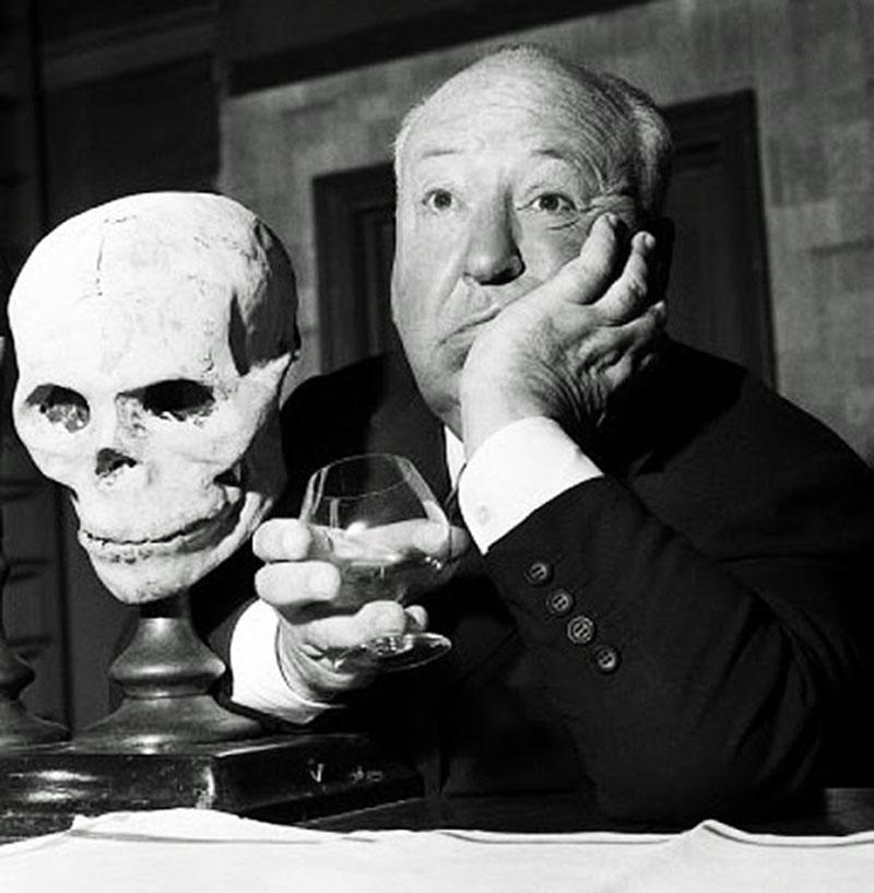 Альфред Хичкок  с черепом