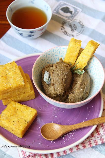 Paté di lenticchie con quadrotti di polenta croccante