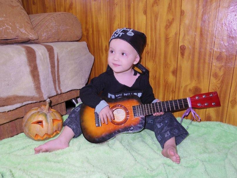 ребенок с гитарой