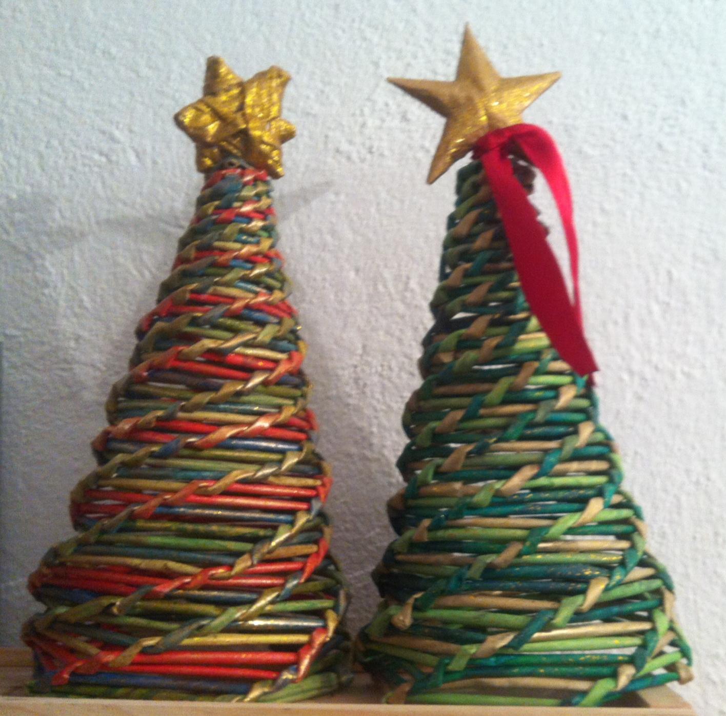Artesan a entre manos rboles de navidad tejidos con - Adornos de navidad con papel periodico ...