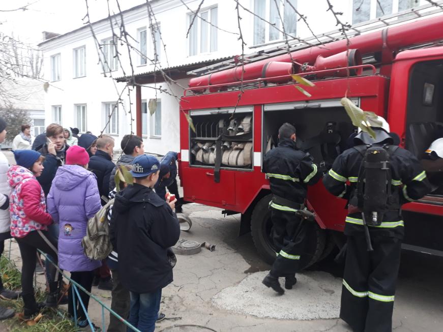 Пожарные Еланецкого и Очаковского районов области тренировались тушить пожары в учебных заведениях