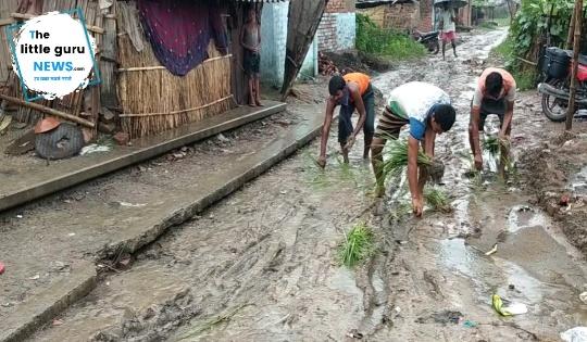 सड़क की खस्ता हालत से आक्रोशित ग्रामीणों ने की सड़क पर रोपनी