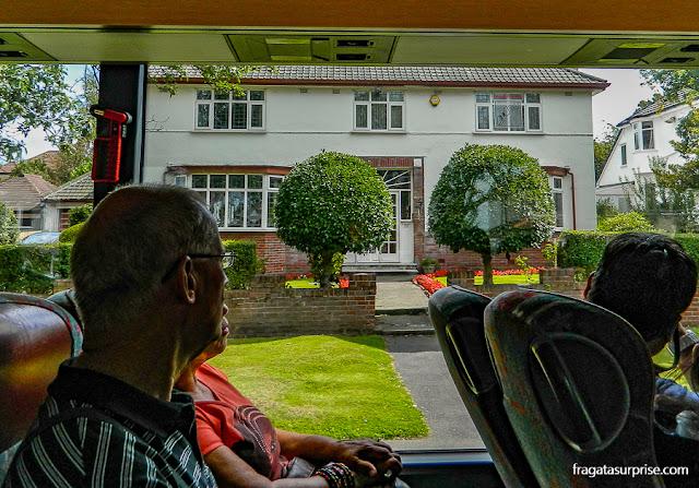 casa de Brian Epstein, empresário dos Beatles, vista pela janela do ônibus do Magical Mystery Tour