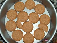 Base del molde cubierto con galletas