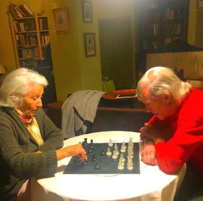 Mercè Palau i Baquero jugando al ajedrez