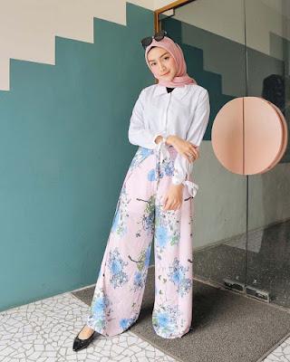 Melody Prima artis cantik pakai celana kulot pink motif flower dress