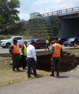 Se abre tremendo hoyo autopista Duarte, caos en el tránsito