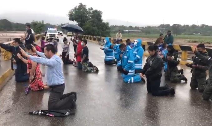 Policiais clamam a Deus com cristãos após furacão devastar Honduras
