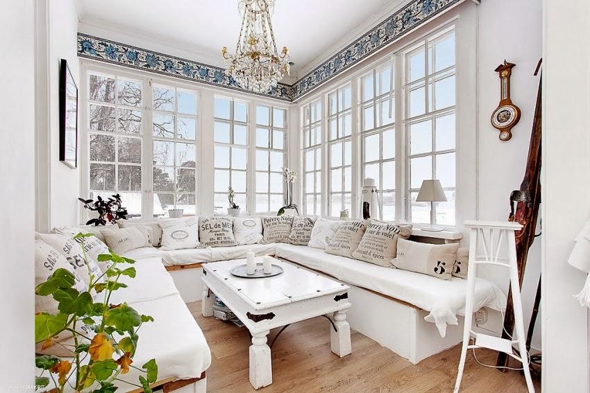 Fotele w niebieską kratę w skandynawskiej aranżacji, wystrój wnętrz, wnętrza, urządzanie domu, dekoracje wnętrz, aranżacja wnętrz, inspiracje wnętrz,interior design , dom i wnętrze, aranżacja mieszkania, modne wnętrza, styl skandynawski, białe wnętrze, shabby chic, salon, weranda