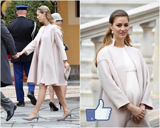 Beatrice con zapatos y tocado turbante de terciopelo en color topo y vestido y abrigo en color nude estando embarazadam, pelo suelto.