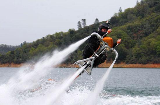 مركبة Jetovator تستطيع بها الغوص وركوب الامواج والطيران فوق الماء