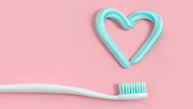 Pasta-gigi-warna-biru-putih