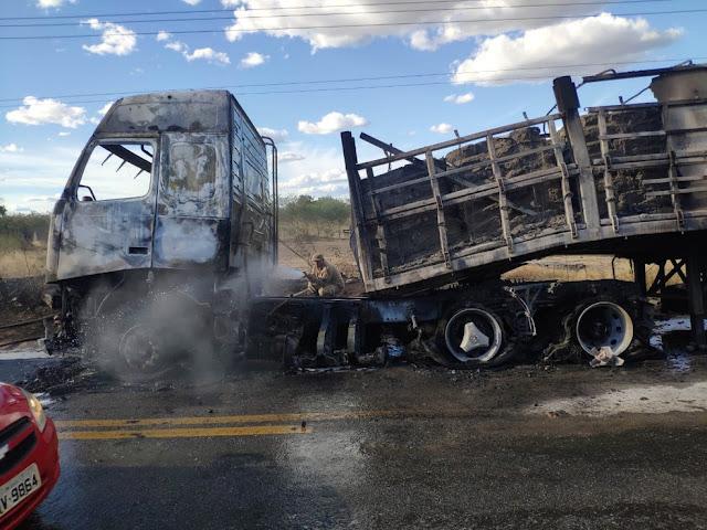 Caminhão carregado de cimento pega fogo na BR-226 no interior do RN