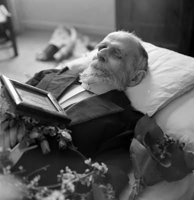 Η Φωτογραφία του Κωστή Παλαμά της Βούλας Παπαιωάννου  είναι από το μουσείο Μπενάκη
