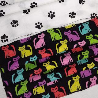 kolorowe kotki na bawełnianej tkaninie