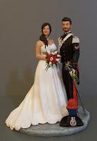 statuine torta nuziale sposini luxury alta uniforme rose rosse calle orme magiche