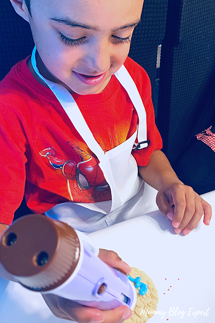 Chocolate Pen Boy Decorates Cookie