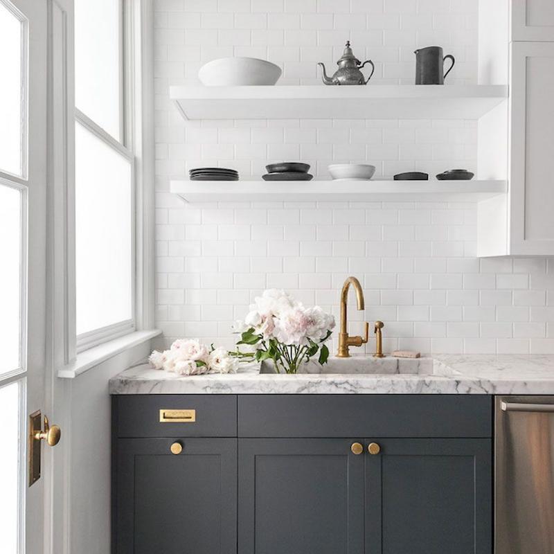 Cocina con azulejo de metro blanco