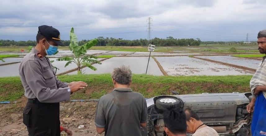 Sopir Mengantuk, Mobil Grand Livina Terjun ke Saluran Irigasi di Kemangkon