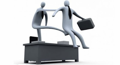 5 أسباب تفسّر ممارسة الآخرين للسلوك التسلطى ,رجل يركل مؤخره رجل, الفشل الوظيفى,الفصل من العمل